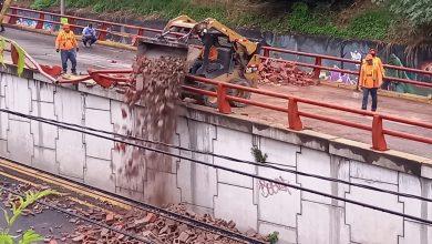 Photo of Rastra con ladrillos se accidenta en paso desnivel del monumento Hermano Bienvenido a Casa
