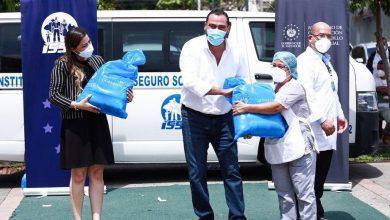 Photo of Gobernación entrega canastas solidarias a personal de servicio y de seguridad del ISSS