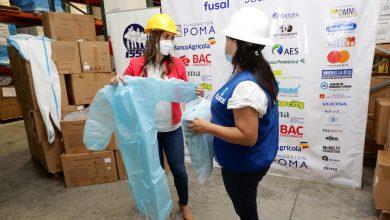 Photo of FUSAL entrega 4,500 trajes de protección, 10,000 mascarillas y otros insumos al ISSS para enfrentar al Covid-19