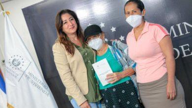 Photo of Vivienda entrega escrituras a 22 familias de La Libertad y San Salvador