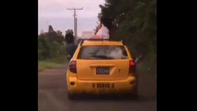 Photo of VIDEO | Mujer perrea con cachetero sobre capota de un taxi en San Miguel