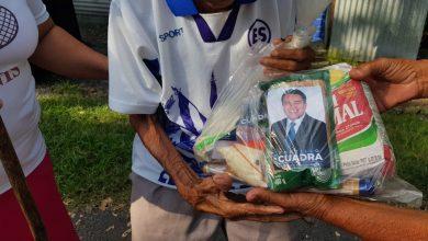 Photo of Diputado Portillo Cuadra hace campaña regalando bolsas de alimentos con su fotografía